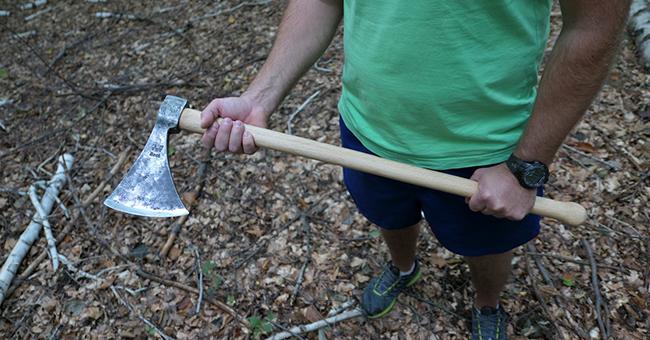 Politist amenintat cu toporul de catre un barbat ce transporta lemn ilegal